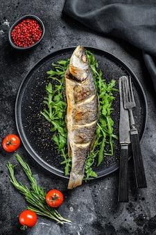 Bbq seebarschfisch mit rucola, gebratenem wolfsbarsch