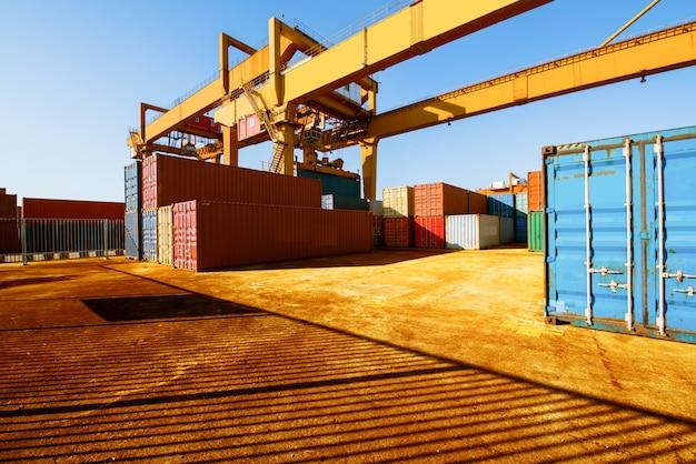 Be- und entladen von containern im hafen an einem hellen sonnigen tag