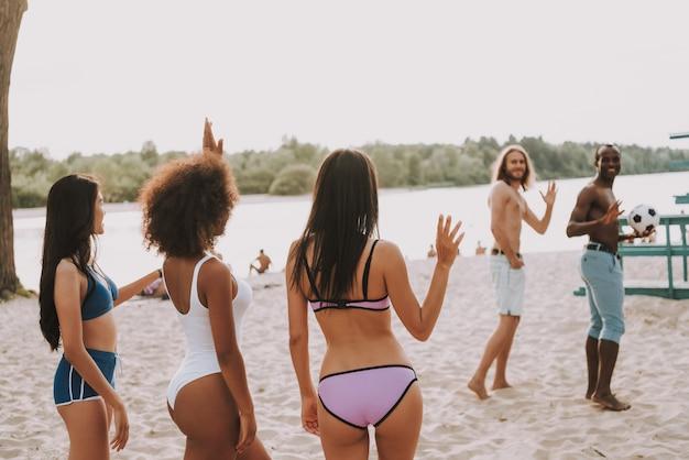 Beach football ist vorbei junge leute verabschieden sich