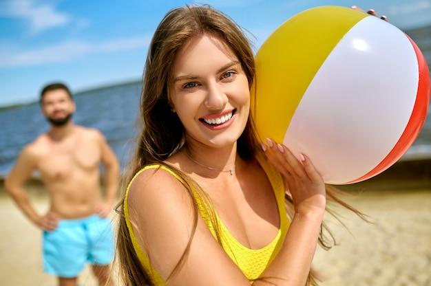 Beach-volleyball. eine familie, die beachvolleyball spielt und sich glücklich fühlt