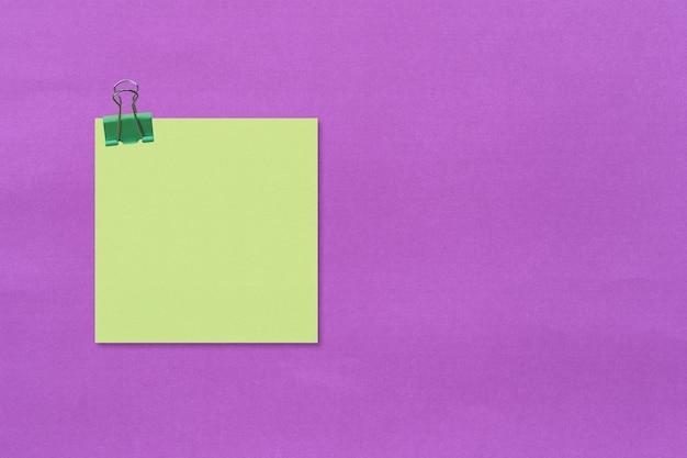 Beachten sie das papier auf lila und haben sie eine büroklammer.