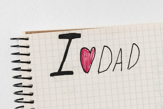 Beachten sie, dass ich papa in notepad auf weißem hintergrund liebe. wörter handschriftlich. vatertag