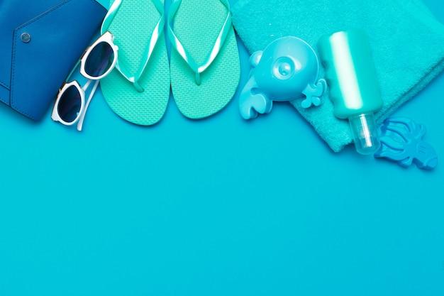 Beachwear und zubehör auf einem blauen hintergrund