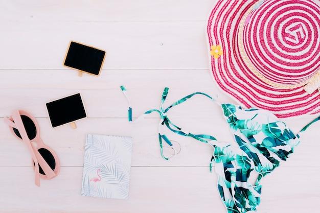 Beachwear und zubehör auf hellem hintergrund