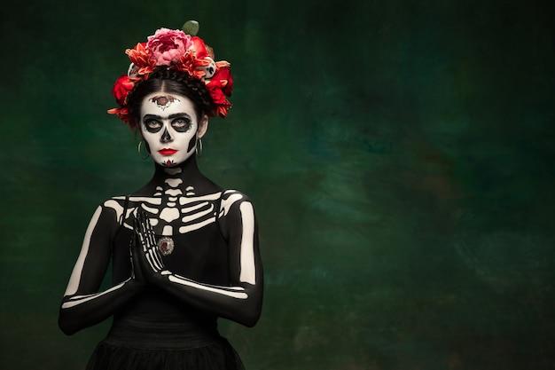 Beängstigend junges mädchen wie santa muerte saint death oder sugar skull mit hellem make-up
