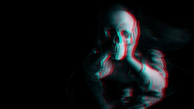Beängstigend verschwommenes porträt einer weiblichen hexe mit einem schädel in ihren händen auf schwarzem hintergrund. schwarzweiß mit 3d-glitch-virtual-reality-effekt