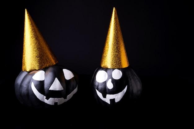 Beängstigende halloween-kürbisse lokalisiert auf schwarz. gruselige gesichter süßes oder saures