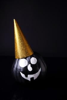 Beängstigender halloween-kürbis lokalisiert auf schwarz. gruselige gesichter süßes oder saures Premium Fotos