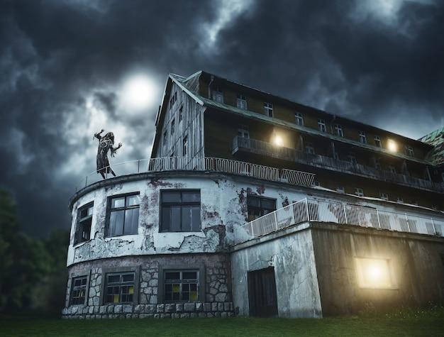 Beängstigendes zombiemädchen auf einem balkon des gruseligen hauses. grusel. halloween.