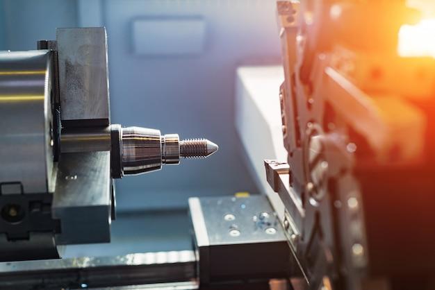 Bearbeitung von teilen auf einer drehmaschine.