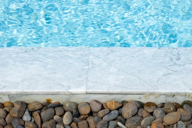 Beautifil wasserbeckenrand weißer marmor mit runder steindekoration für einen kühlen kühlen sommerhintergrund