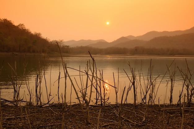 Beautiful view reservoir am abend und sonnenuntergang