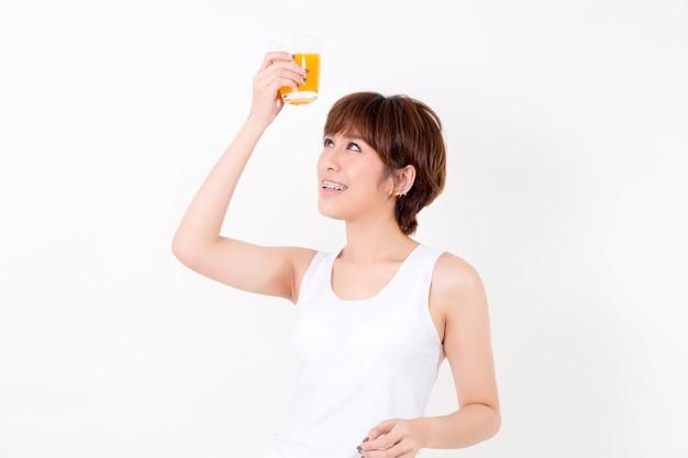 Beautifulyoung asien-frau mit gesundem lebensmittel. getrennt auf weißem hintergrund. studiobeleuchtung. konzept