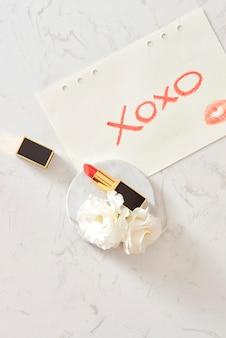 Beauty blender und lippenstift mit liebesbrief