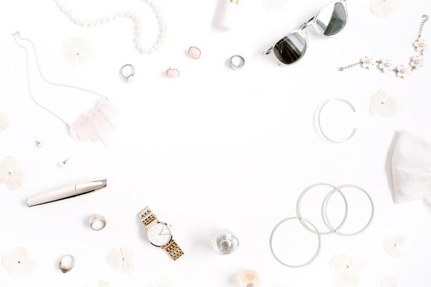 Beauty-blog-frame-konzept. frauenkleidung und accessoires: uhren, sonnenbrillen, armband, halskette, ringe, lippenstift auf weißem hintergrund. flache lage, modischer weiblicher hintergrund der draufsicht.
