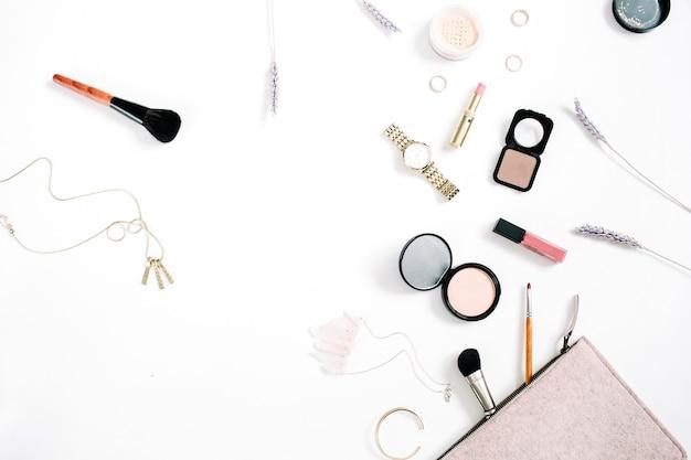 Beauty-blog-konzept. professionelle weibliche make-up-accessoires uhren, halskette, lippenstift, pinsel, puder auf weißem hintergrund. flache lage, ansicht von oben
