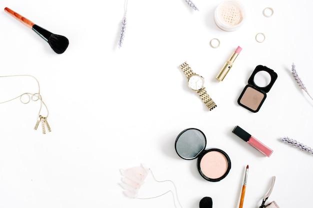 Beauty-blog-konzept. professionelle weibliche make-up-accessoires uhren, halskette, lippenstift, pinsel, puder. flache lage, ansicht von oben