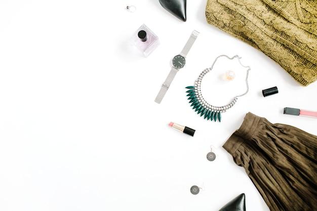 Beauty-blog-konzept. weibliche kleidung und accessoires: grüner rock und pullover, uhren, halskette, lippenstift, schuhe, sonnenbrille auf weißem hintergrund. flache lage, modischer weiblicher hintergrund der draufsicht.