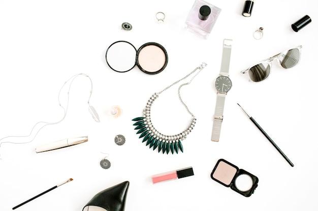 Beauty-blog-konzept. weibliche make-up-accessoires: uhren, halskette, lippenstift, schuhe, sonnenbrillen auf weißem hintergrund. flache lage, modischer weiblicher hintergrund der draufsicht.