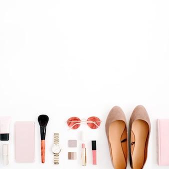 Beauty-blog-modekonzept. weibliches rosa gestyltes zubehör-handy, uhren, sonnenbrille, notebook, kosmetik, schuhe auf weißem hintergrund. flache lage, ansicht von oben