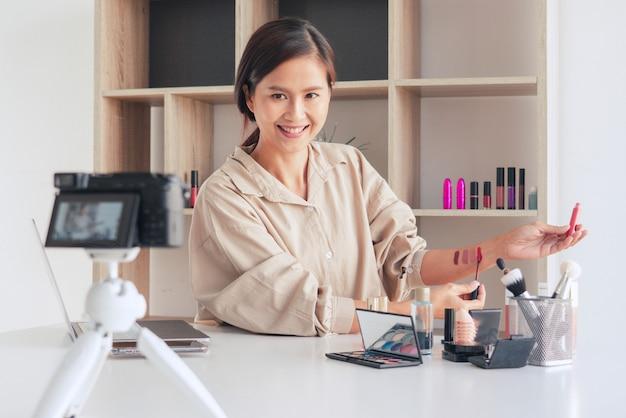 Beauty-blogger, der video aufzeichnet und kosmetik zu hause präsentiert
