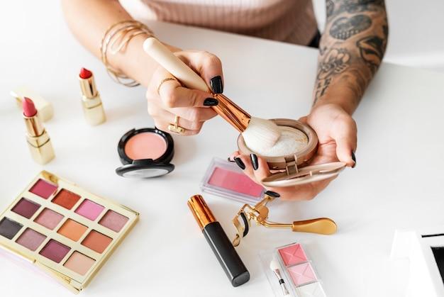 Beauty blogger mit make-up-tutorial