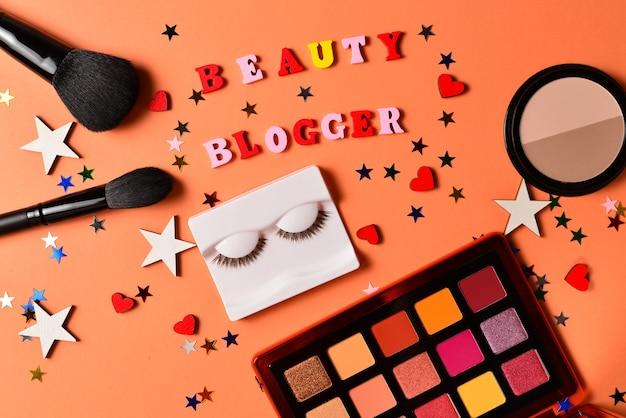 Beauty-blogger-text auf einer orangefarbenen oberfläche