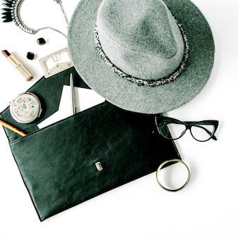 Beauty feminine accessoires arrangement mit hut, geldbörse, brille, lippenstift und halskette