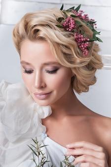 Beauty frau mit hochzeitsfrisur und make-up.