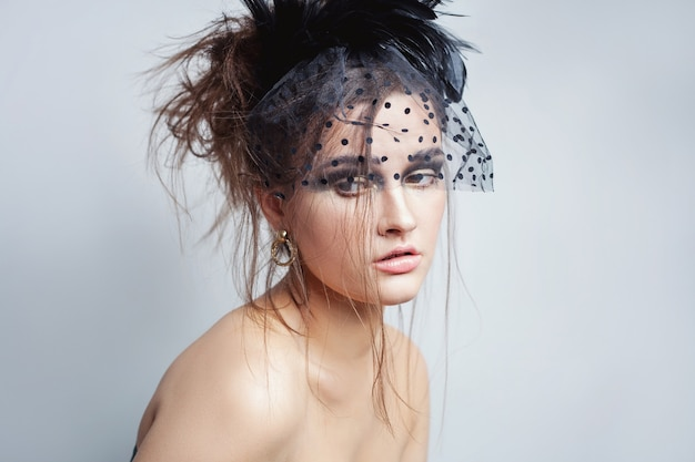 Beauty high fashion model mädchen mit perfektem schönen nackten make-up und schleier posiert im studio, weißer hintergrund