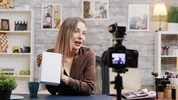 Beauty-influencerin, die einen vlog über kosmetik aufnimmt. kreativer inhaltsersteller.