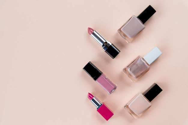Beauty-konzept. satz berufsmake-upkosmetik auf pastellhintergrund. kosmetik eingestellt. dekorative kosmetikgegenstände, nagelflaschen, lippenstift kopieren sie platz