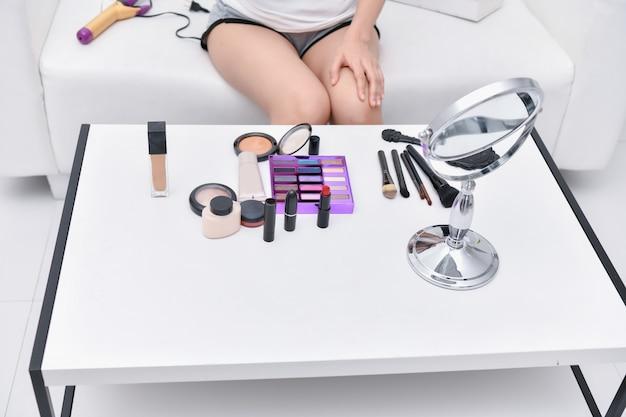 Beauty-konzept schönes mädchen, das zu hause make-up tut