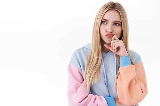 Beauty-, lifestyle- und modekonzept. mädchen steckt in einer schwierigen situation fest und denkt über das problem nach