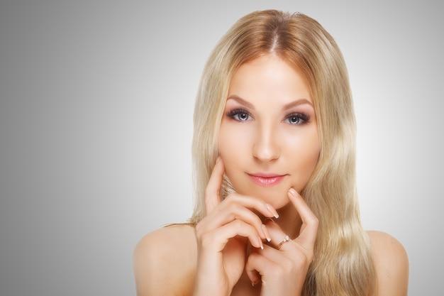 Beauty model mit perfekter frischer haut und langen wimpern. jugend- und hautpflegekonzept.