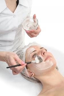 Beauty-salon, gesichtsmaske anwenden