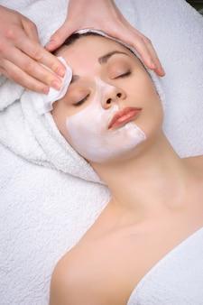 Beauty-salon-serie. gesichtsmaske entfernen