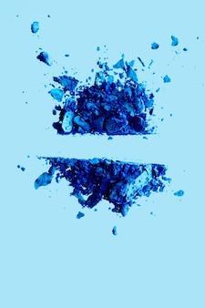 Beauty und make-up flatlay design mineral bio lidschatten als puderkosmetik rouge oder crushed cosm...