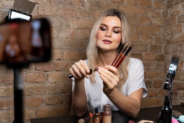 Beauty vlogger macht ein video mit kosmetik
