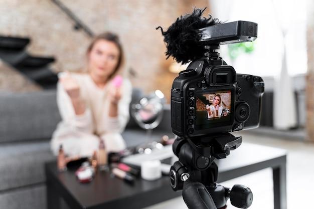 Beauty vlogger macht ein video zu hause