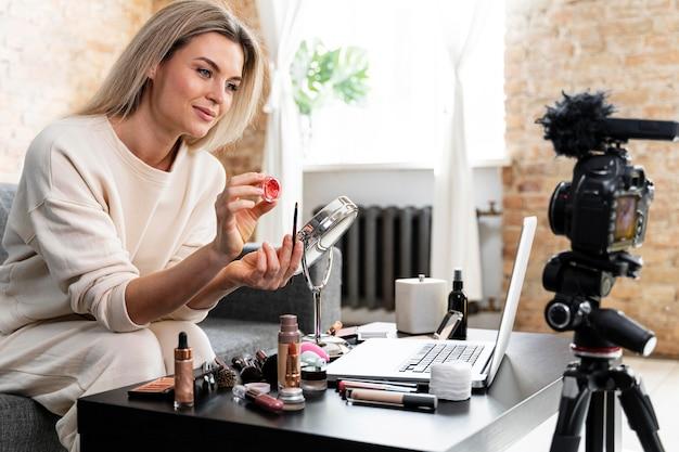 Beauty-vloggerin macht ein video für ihre follower