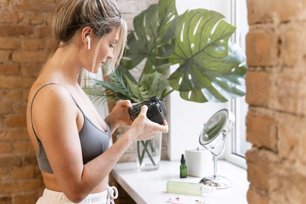 Beauty-vloggerin schaut sich ihr video an