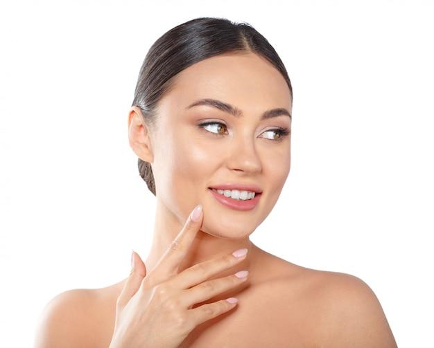 Beauty woman gesicht portrait. schönes badekurortmodell girl mit perfekter frischer sauberer haut.