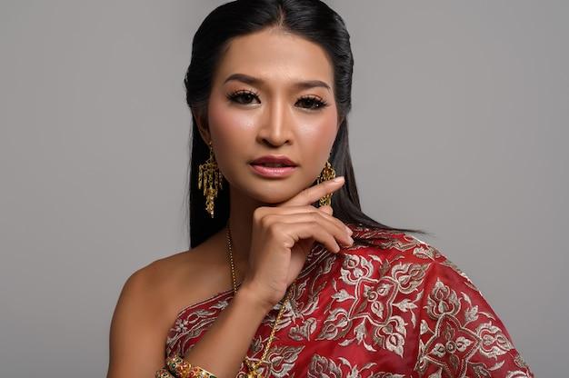 Beautyful thailändische frau, die thailändisches kleid trägt