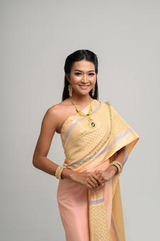 Beautyful thailändische frau, die thailändisches kleid und lächeln trägt