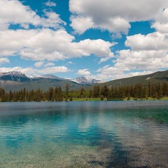 Beauvert see mit bergen im hintergrund, jasper national park, alberta, kanada