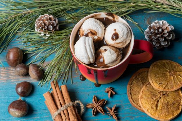 Becher heiße schokolade, marshmallows, nüsse, kandierte zitrusfrüchte.