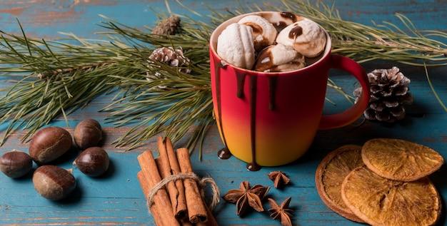 Becher heiße schokolade, marshmallows, nüsse und kandierte zitrusfrüchte.