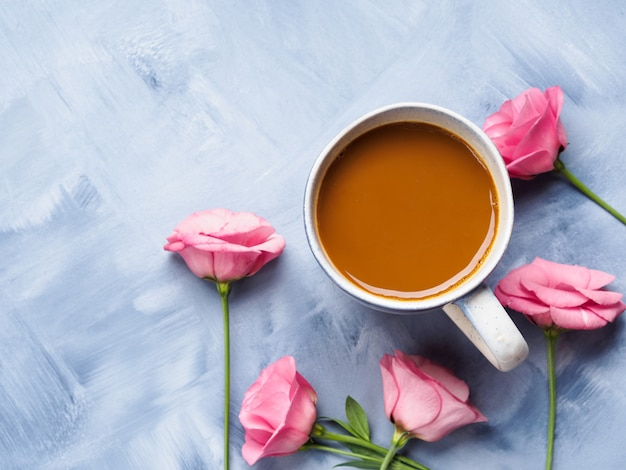 Becher kaffee und rosa blumenkarte