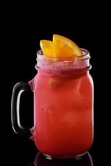 Becher mit erdbeer- und orangencocktail isoliert